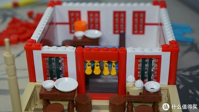 这里门上的红色2-4砖是非常规搭建,在这里只是简单的卡住,需要在之后步骤中再固定。