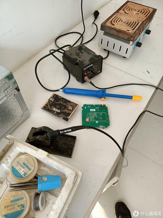 要用到图中的电烙铁和吸锡器。