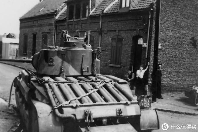 """昵称为""""Gorgon""""的玛蒂尔达2型,车号T6747,与前一辆车属同一部队,也同样被遗弃在某个法国城镇,1940年。无法从后方判断这辆车属于标准型(Mk.I)还是改进A型(Mk.II),因为改进A型仅是将炮塔上的维克斯同轴机枪更换成气冷式的贝莎(Besa)机枪。注意车后尾部的尾橇,在早期型号的玛蒂尔达2型上较为常见,因为该车的悬挂行程较短,越野能力差。尾橇用于帮助车体翻越障碍。"""