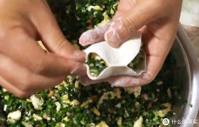 做饺子馅时,很多人不知道先放盐还是油