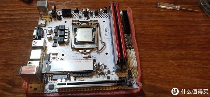 拍的两条蓝色神条,发了两条红色的。倒是正好跟硬盘以及主板和电源模组线组成了红白CP。那也就不在计较了