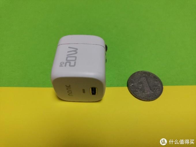 NANK-C1充电头与一元硬币相对比