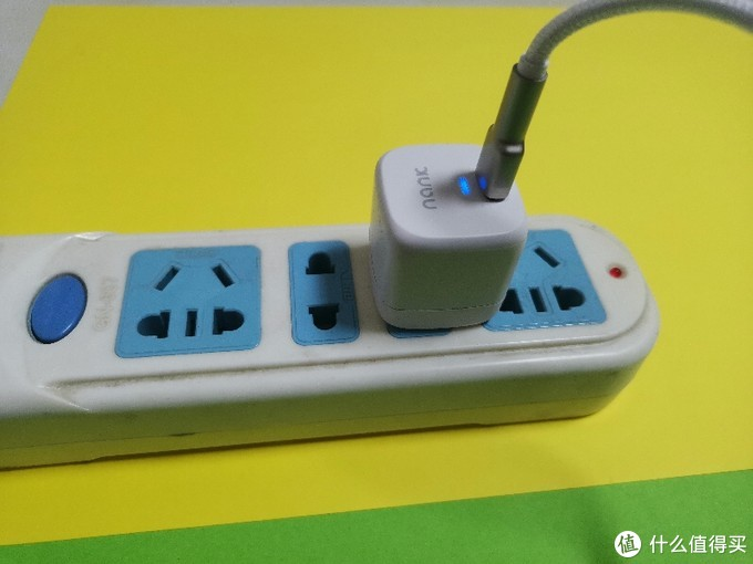 NANK-C1充电头正常工作时小蓝灯亮起