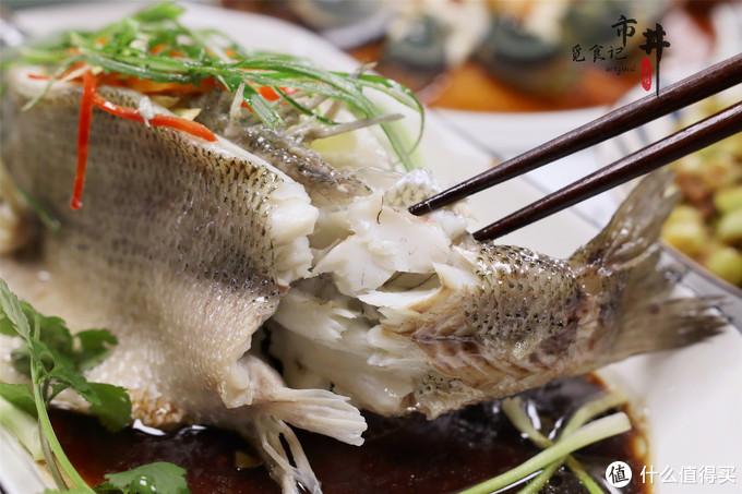 做清蒸鲈鱼时,用冷水还是热水蒸?蒸几分钟别搞错了,鲜嫩不腥