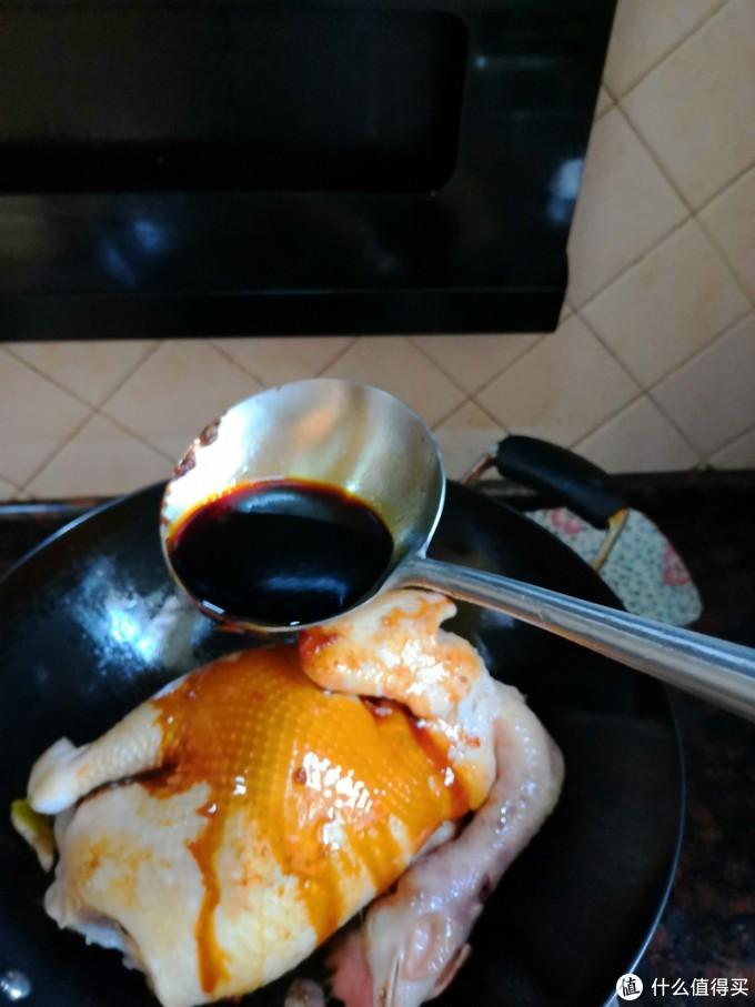 鸡煎好,淋入酱油150毫升。 用