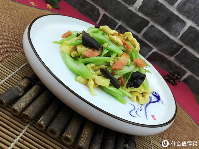 这种食材,很少会与芹菜一起炒,炒在一起后出奇的好吃