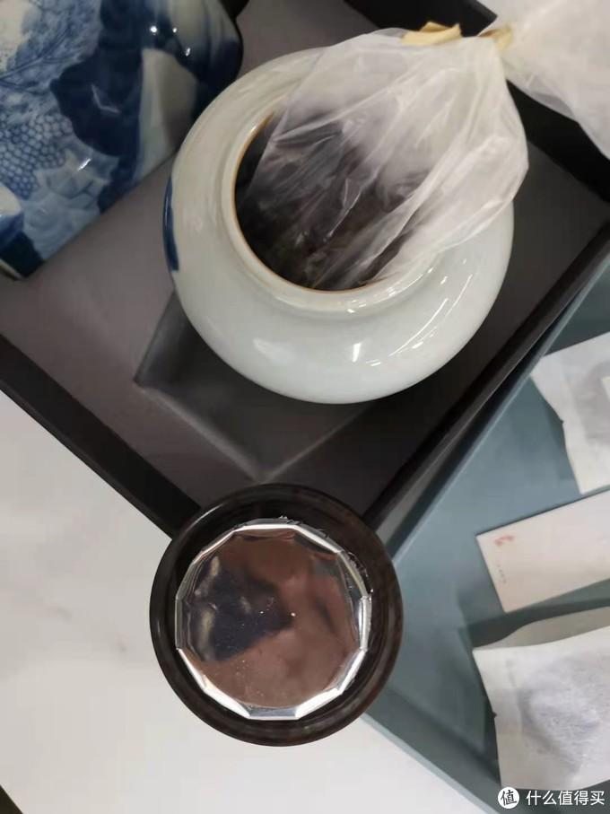 打开闻了闻,茶香扑鼻而来,照不到里面,这个茶,叶子很小很小,大概这才是它独特的部分,网上看了些资讯,的确很珍惜的一款茶