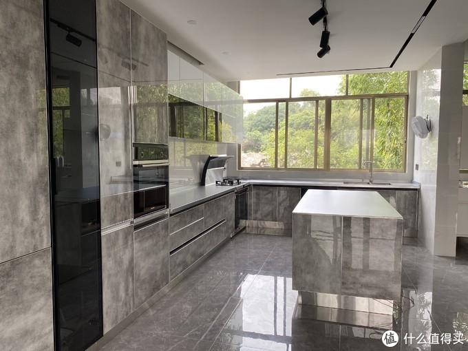 六位数的开放式厨房有必要吗?全台面都是实心不锈钢,花费占了总费用的二分之一