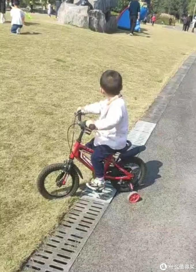 出玩必骑车的小骑士
