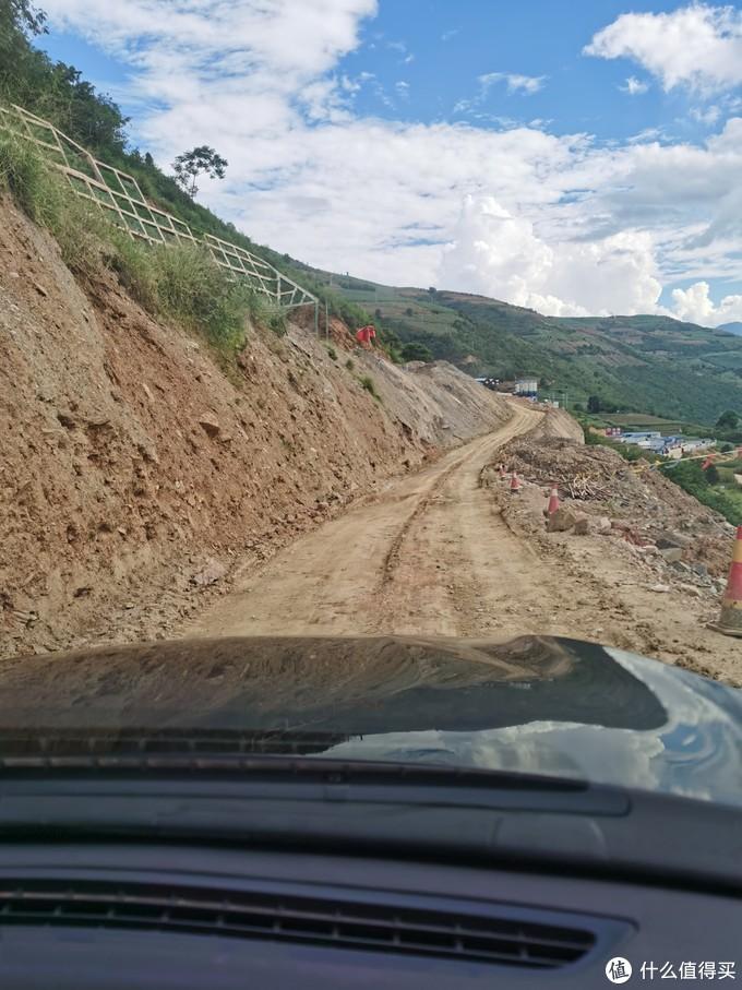 路上时常有这种被泥石流冲毁的路段,只能按照每小时20km左右的速度慢慢往前挪,遇到拉土石的大车,还要找地方停下来让路会车