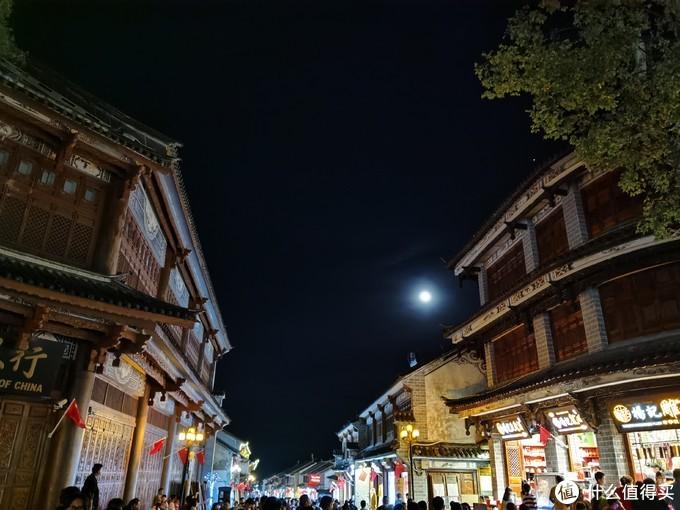 古城的街头,抬头看见一轮圆月,别有一番风味,拍的时候镜头刻意避开了古城熙熙攘攘的游人,但还是刻意看见密密麻麻的人头
