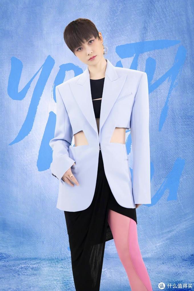李宇春身穿镂空剪裁的廓形西装,独特的西装剪裁,个性十足,明媚的粉蓝配色,凌厉时髦~