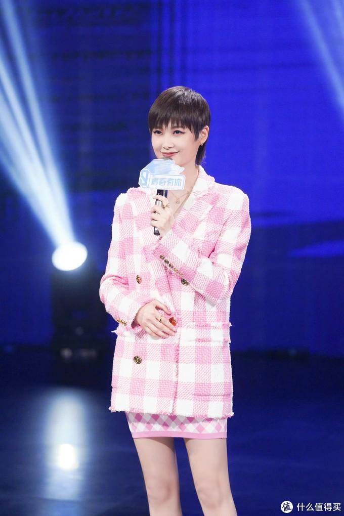 李宇春身穿粉色小香风套装,粉嫩的色调,让优雅率性中充满甜美气息,一双纤细的美腿,清新又活力的穿搭。