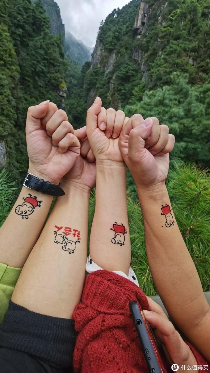 小猪佩奇身上纹,我们都是社会人~前一天晚上在大理古镇街头纹的社会人纹身,必须要用苍山做背景来一张社会人合影