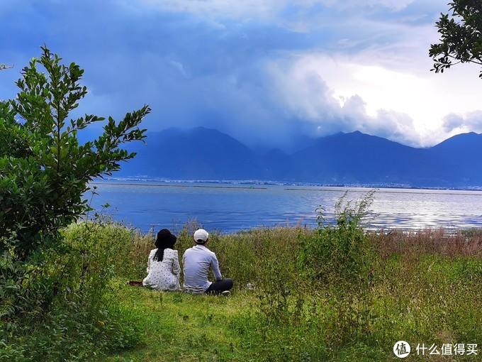不得不说,苍山洱海是个是个谈恋爱的地方,两个八竿子搭不着的人,坐在一起,随便一拍,居然也有十足的CP感