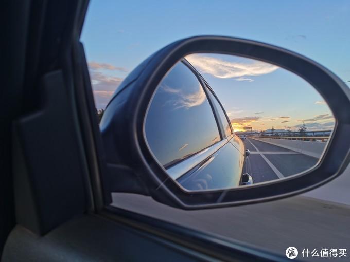 最后归途中,后视镜里随手一拍的动人夕阳,完美诠释了这次令人难忘的自驾之旅