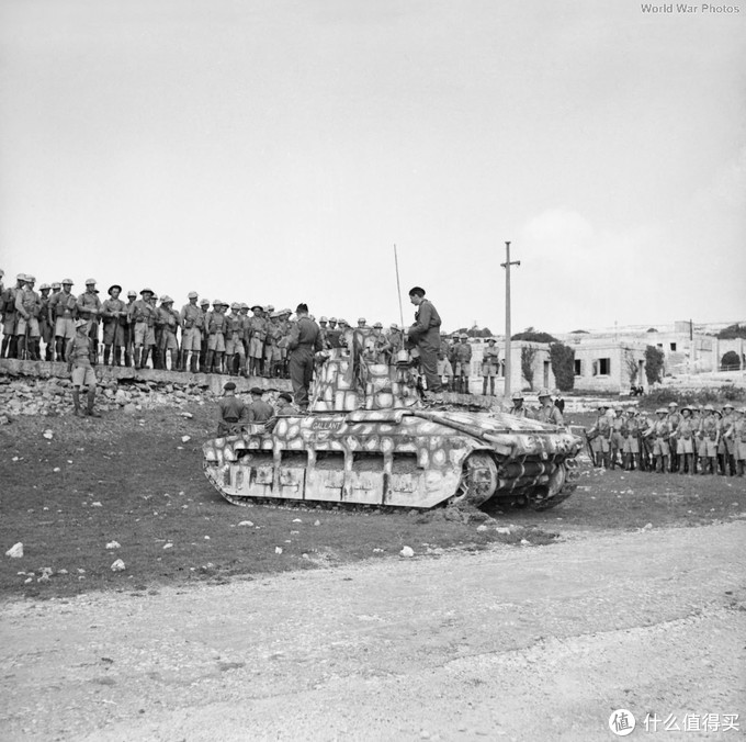 """昵称为""""Gallant""""的玛蒂尔达2型,隶属于马耳他坦克中队,1942年。这辆坦克属于改进A*型(Mk.III),主要改进是将原有的AEC柴油发动机更换为利兰(Leyland)柴油发动机。外形上变化不大。"""