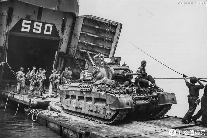 从坦克登陆舰中开出的澳大利亚陆军的玛蒂尔达2型,塔拉坎(印度尼西亚北加里曼丹东部城市),1945年5月。这是一台改进A**型(Mk.IV),主要改进是提升发动机动力,刚性悬架和取消炮塔灯。