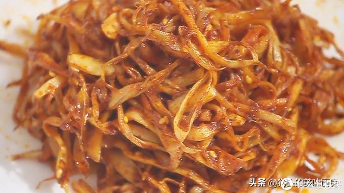杏鲍菇最近火了,出锅香辣味美,做法简单,比辣条还好吃