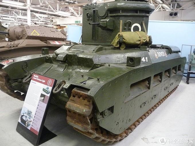 """玛蒂尔达""""运河防御探照灯""""(Matilda CDL),藏于博文顿坦克博物馆。运河防御探照灯(Canal Defense Light)是二战中英国提出的实验型致盲武器,由特制的炮塔内安装大功率探照灯装备在不同的坦克底盘上。相比于普通的探照灯,有更高的光照强度和非常不错的防护性,但由于成本过于高昂,英军和美军并没有大规模应用。"""