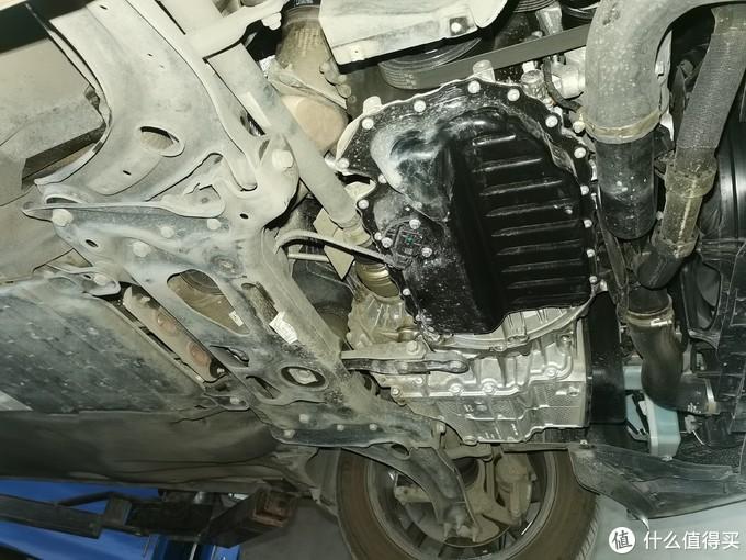 轴头、发动机、变速箱十分干净,没有渗油痕迹