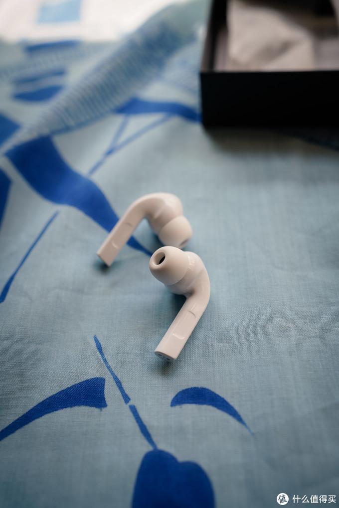 按压式控制,和苹果的耳机一样,按压式会有声音或语音提示