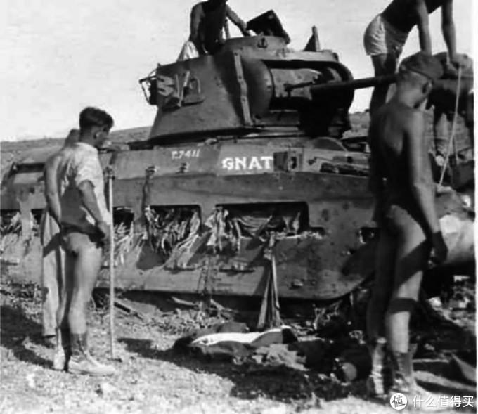 """德军士兵正在检查被击毁的,昵称为""""Gnat""""的玛蒂尔达2型,车号T7411,隶属于第7皇家坦克团。1941年,克里特岛。"""