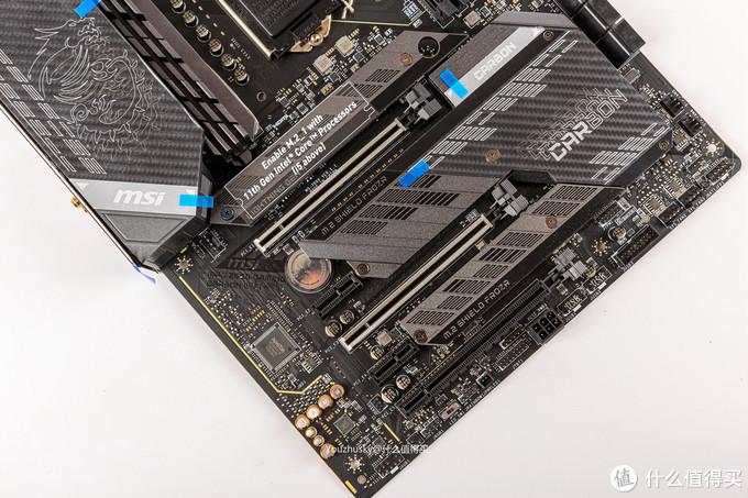 主板的PCIE区域,两条金属盔甲的PCIE插槽,三条带散热的M.2口;需要注意的是第一条M.2,需要11代i5以上才可以使用,因为10代U没有直出的PCIE,所以当使用10代U时这块Z590相当于只有两个M.2