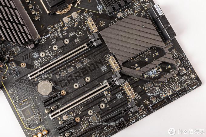 拆下之后的PCIE及芯片组区域,芯片组散热片有两个镂空给RGB LED导光