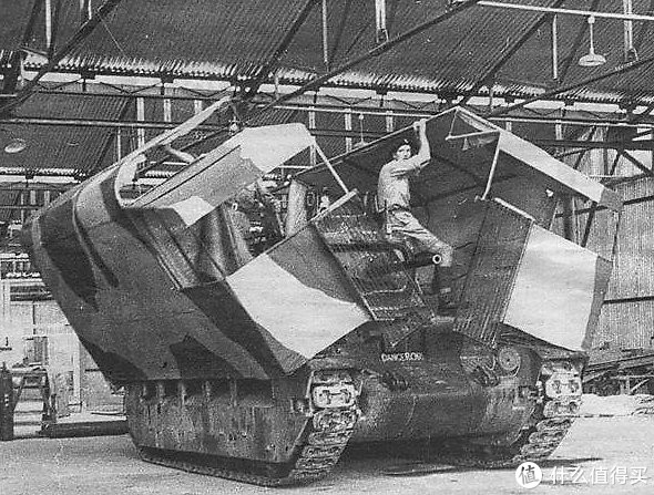 正在进行伪装测试的玛蒂尔达2型,1942年,埃及赫勒万(Helwan,开罗南部城区)。这台玛蒂尔达2型通过外罩木板和纸板制作的外壳,可以伪装成卡车以迷惑敌方的空中侦察。