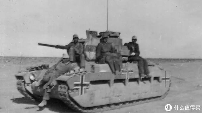德国非洲军缴获的玛蒂尔达2型,未更换涂装,直接刷上铁十字标识便投入使用。