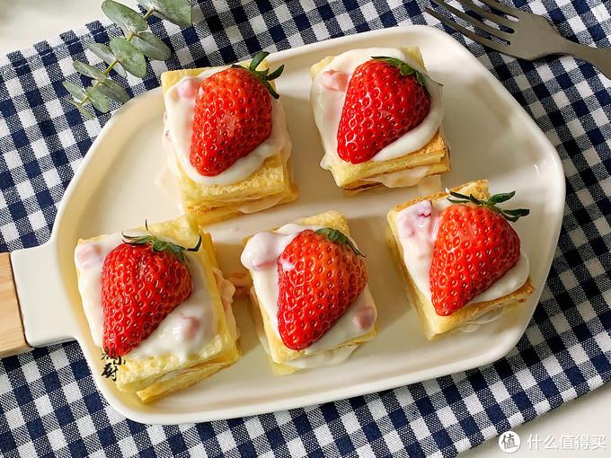 最近我家没少做这个,一拌一烤,切块配上草莓吃,一口一个,解馋