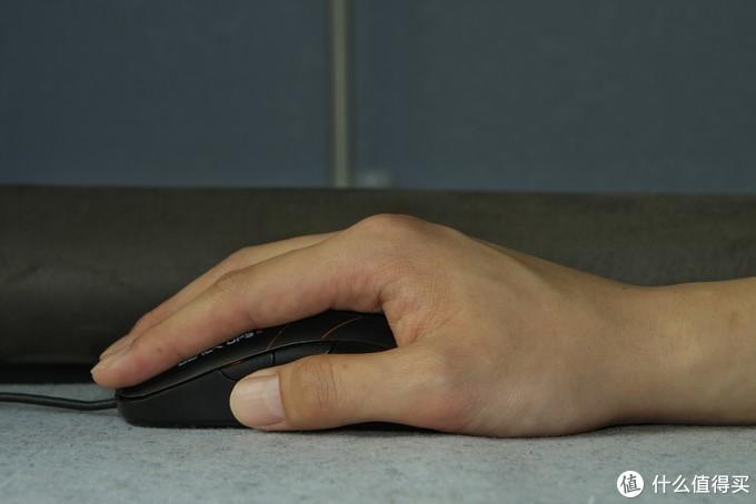 握持普通鼠标时整个手都是贴在桌子上的▲