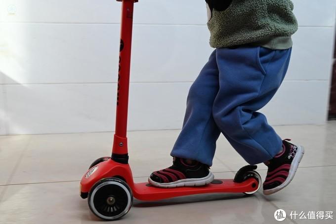 安心玩乐,小朋友的多彩玩具,尽在发光滑板车