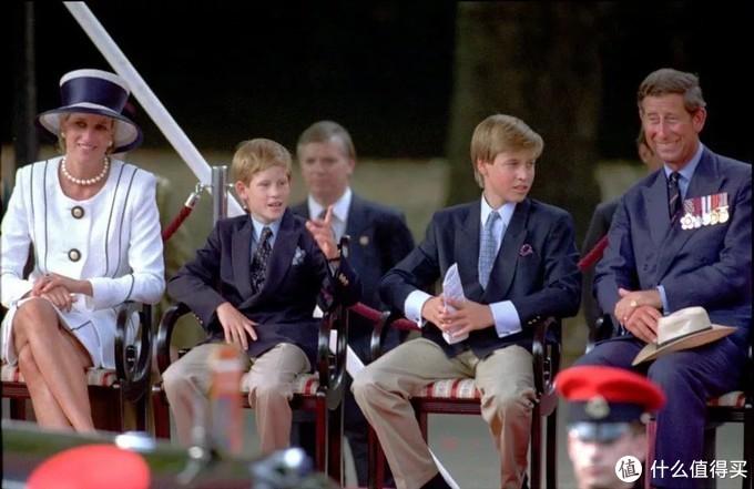 ▲ 稍大一些的威廉和哈里穿长裤