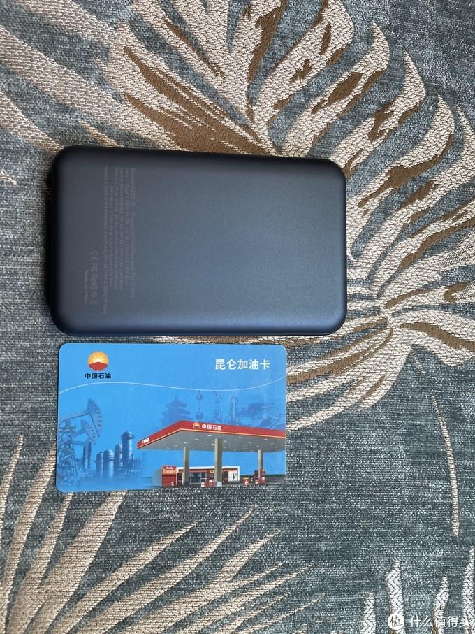 体积比一般的信用卡大一些,真的非常符合我选的充电宝体积够小的要求了。