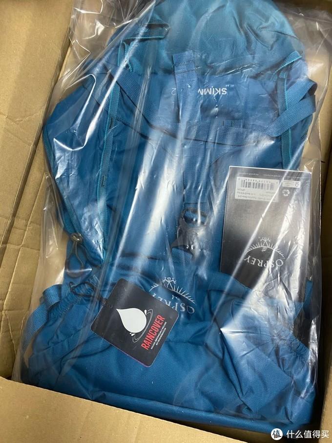 打开箱子的蓝色包包