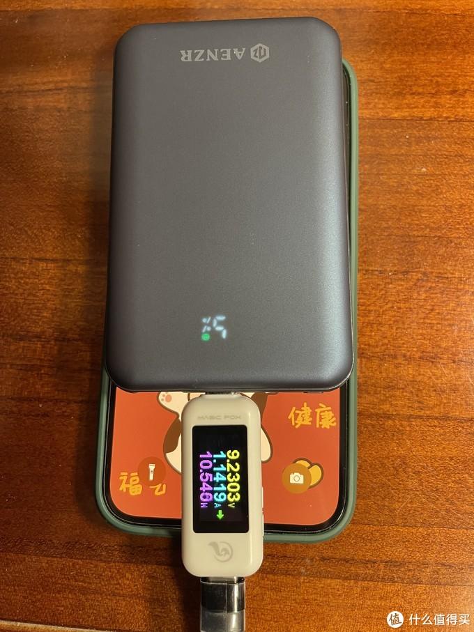 给iPhone12充电,因为电量接近80%,充电输入功率才10W左右,如果是从低电量开始充,功率在20W左右徘徊,忘了拍照了。
