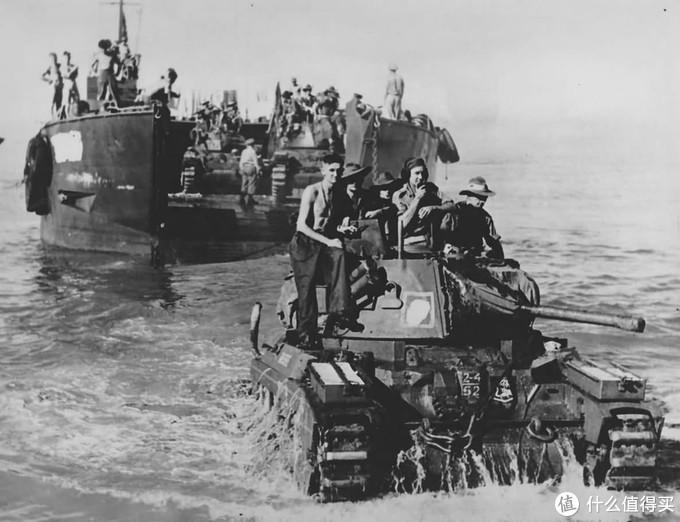 澳军第4装甲旅的玛蒂尔达2型登陆,1945年,Toko海滩(原谅我没查到在哪)。注意其车身前部喷涂的第4装甲旅部队标记。