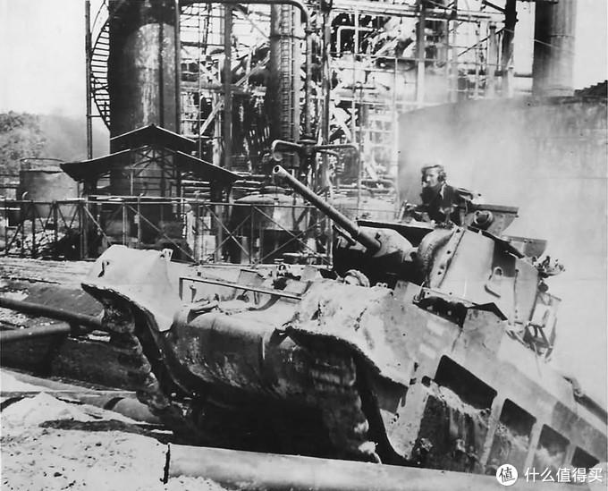 进攻中的澳军玛蒂尔达2型,1945年7月3日,加里曼丹岛巴厘巴板