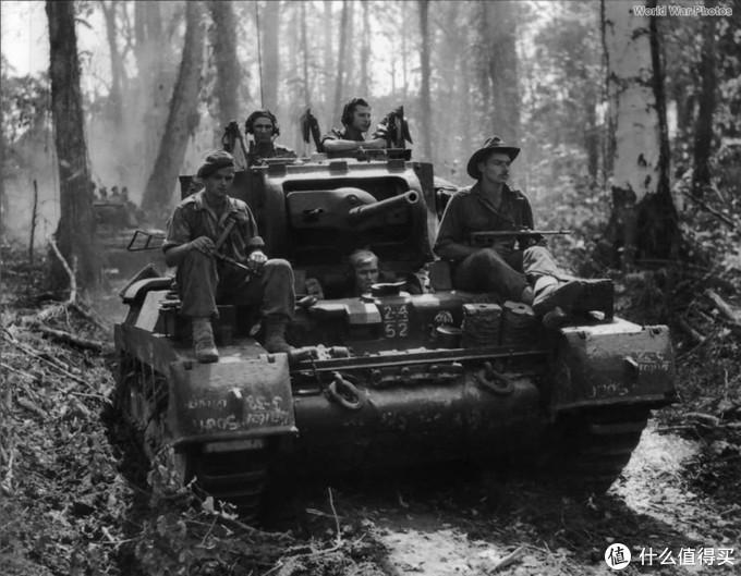 澳军第4装甲旅下辖的第2/4装甲团的玛蒂尔达2型,1945年,所罗门群岛布干维尔。车身正面同样有第4装甲旅部队标记。