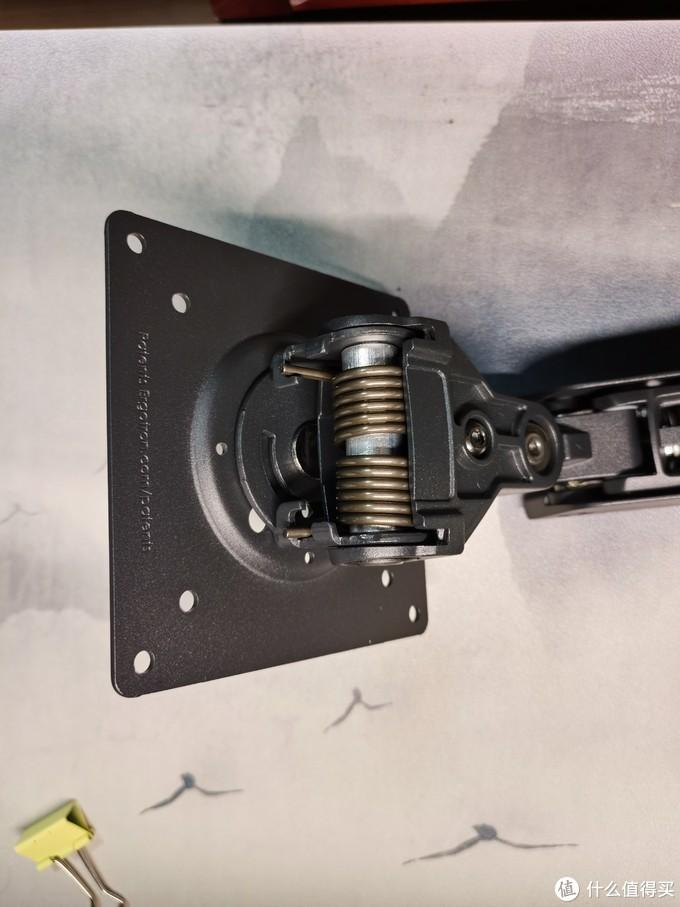 很明显的弹簧,也是调节顺手的原因,另外如果不需要显示器旋转可以在这里用螺丝上死