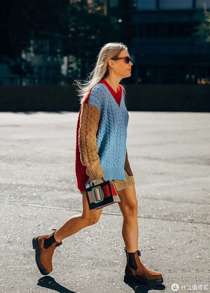 红毛衣怎么挑?这3件更适合普通人,暖和时髦又特别