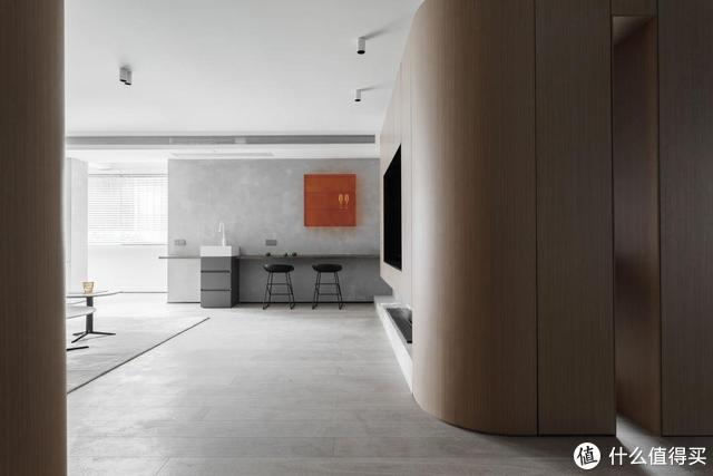 站在玄关走廊往客厅方向看