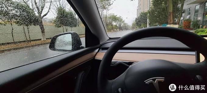 一个雨天在车内停路边拍了一张