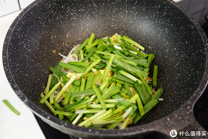 春天了,把这三样菜一起炒,不放肉也很鲜,满口都是春天的味道