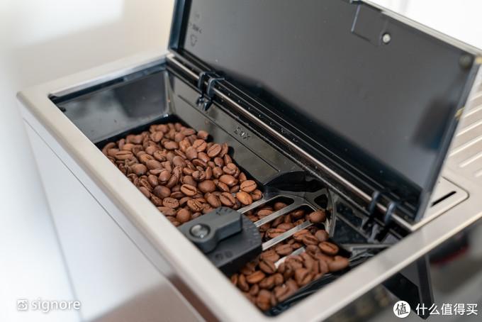 带咖啡豆研磨系统,可以按照个人喜好设定咖啡豆研磨程度
