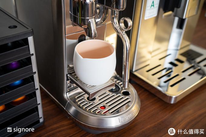 带矮杯托盘,能适应高度低于 14.5cm 的任意杯子;