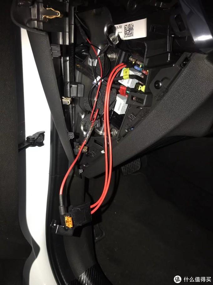 然后把流媒体后视镜的取电头,插入延长出来的保险插座上。取电头上用了一个5A的保险片