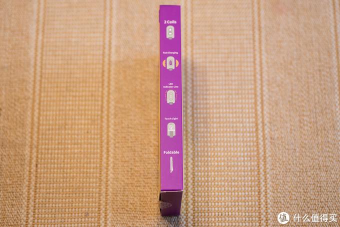 盒子侧面标注了几个产品特点,如双充电线圈、支持立卧形态多模式无线充电、内置LED状态灯条、可折叠便携收纳等等。